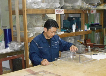職人の手作業による精密な加工技術が自慢