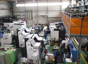 クリーンな工場内には高性能機器が効率的に並ぶ